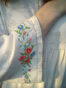 Výšivka na šatách Katka