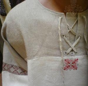 detail  košele s paličkovanou krajkou