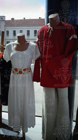 biele šaty a červená košeľa s krajkou